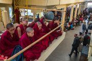 Монахи и миряне, собравшиеся в главном тибетском храме на учения Его Святейшества Далай-ламы. Дхарамсала, Индия. 14 марта 2017 г. Фото: Тензин Чойджор (офис ЕСДЛ)