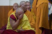 Один из старших монахов пьет освященную воду перед тем, как получить даруемое Его Святейшеством Далай-ламой посвящение Авалокитешвары. Дхарамсала, Индия. 14 марта 2017 г. Фото: Тензин Чойджор (офис ЕСДЛ)