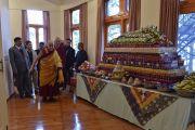 Его Святейшество Далай-лама прибывает в зал собраний своей резиденции на церемонию подношения молебна о долгой жизни, организованную бывшими сотрудниками службы безопасности Далай-ламы. Дхарамсала, Индия. 15 марта 2017 г. Фото: Тензин Дамчо (офис ЕСДЛ)