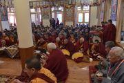 Верующих угощают традиционным сладким рисом в ходе церемонии подношения Его Святейшеству Далай-ламе молебна о долгой жизни. Дхарамсала, Индия. 15 марта 2017 г. Фото: Тензин Дамчо (офис ЕСДЛ)