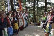 Семьи бывших сотрудников службы безопасности Далай-ламы ожидают, когда Его Святейшество Далай-лама выйдет из зала собраний своей резиденции по завершении подношения молебна о долгой жизни. Дхарамсала, Индия. 15 марта 2017 г. Фото: Тензин Дамчо (офис ЕСДЛ)