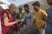 Его Святейшество Далай-лама приветствует местных рабочих, покидая международный конференц-центр Раджгира по завершении первого дня трехдневной международной конференции «Буддизм в 21-м веке». Раджгир, штат Бихар, Индия. 17 марта 2017 г. Фото: Тензин Чойджор (офис ЕСДЛ)