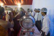 Его Святейшество Далай-лама шутливо общается с работниками кухни, прибыв на обед во время первого дня трехдневной международной конференции, посвященной роли буддизма в 21-м веке. Раджгир, штат Бихар, Индия. 17 марта 2017 г. Фото: Тензин Чойджор (офис ЕСДЛ)