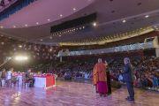 Его Святейшество Далай-лама выступает с основным докладом на открытии трехдневной международной конференции, посвященной роли буддизма в 21-м веке. Раджгир, штат Бихар, Индия. 17 марта 2017 г. Фото: Тензин Чойджор (офис ЕСДЛ)
