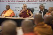 Его Святейшество Далай-лама выступает на собрании старших представителей сангхи во время первого дня трехдневной международной конференции, посвященной роли буддизма в 21-м веке. Раджгир, штат Бихар, Индия. 17 марта 2017 г. Фото: Тензин Чойджор (офис ЕСДЛ)