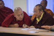 Линг Ринпоче и Тай Ситу Ринпоче на собрании старших представителей сангхи во время первого дня трехдневной международной конференции, посвященной роли буддизма в 21-м веке. Раджгир, штат Бихар, Индия. 17 марта 2017 г. Фото: Тензин Чойджор (офис ЕСДЛ)