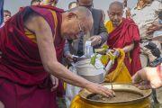 Его Святейшество Далай-лама сажает росток дерева бодхи по прибытии в университет Нава Наланда Махавихара. Раджгир, штат Бихар, Индия. 18 марта 2017 г. Фото: Тензин Чойджор (офис ЕСДЛ)