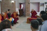 Ранним утром Его Святейшество Далай-лама встречается в своем отеле с делегатами Азиатской буддийской конференции за мир. Раджгир, штат Бихар, Индия. 18 марта 2017 г. Фото: Тензин Чойджор (офис ЕСДЛ)