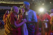 Его Святейшество Далай-лама преподносит церемониальный шарф-хадак делегату из Уганды по завершении интерактивной сессии второго дня трехдневной международной конференции «Буддизм в 21-м веке». Раджгир, штат Бихар, Индия. 18 марта 2017 г. Фото: Тензин Чойджор (офис ЕСДЛ)