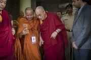 Монах из Таиланда, участник конференции «Буддизм в 21-м веке», фотографируется с Его Святейшеством Далай-ламой, направляющимся в университет Нава Наланда Махавихара. Раджгир, штат Бихар, Индия. 18 марта 2017 г. Фото: Тензин Чойджор (офис ЕСДЛ)