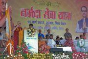 Его Святейшество Далай-лама произносит речь на фестивале «Намами Деви Нармаде-Сева Ятра» в деревне Тернал, посвященном защите реки Нармада. Бхопал, штат Мадхья-Прадеш, Индия. 19 марта 2017 г. Фото: Лобсанг Церинг (офис ЕСДЛ)