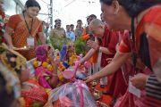 Его Святейшество Далай-лама приветствует девушек в национальных костюмах, принимающих участие в фестивале «Намами Деви Нармаде-Сева Ятра» в деревне Тернал, посвященном защите реки Нармада. Бхопал, штат Мадхья-Прадеш, Индия. 19 марта 2017 г. Фото: Лобсанг Церинг (офис ЕСДЛ)