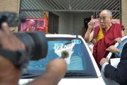 Выйдя из зала по окончании лекции, Его Святейшество Далай-лама беседует с журналистами. Бхопал, штат Мадхья-Прадеш, Индия. 19 марта 2017 г. Фото: Чиме Тензин (офис ЕСДЛ)