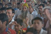 Собравшиеся на фестиваль «Намами Деви Нармаде-Сева Ятра» в деревне Тернал слушают речь Его Святейшества Далай-ламы. Бхопал, штат Мадхья-Прадеш, Индия. 19 марта 2017 г. Фото: Лобсанг Церинг (офис ЕСДЛ)
