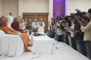 Его Святейшество Далай-лама общается с представителями СМИ во время пресс-конференции в ашраме Шри Удасина Каршни. Матхура, штат Уттар-Прадеш, Индия. 20 марта 2017 г. Фото: Тензин Чойджор (офис ЕСДЛ)