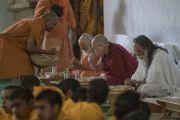 Его Святейшество Далай-лама обедает с общиной ашрама Шри Удасина Каршни. Матхура, штат Уттар-Прадеш, Индия. 20 марта 2017 г. Фото: Тензин Чойджор (офис ЕСДЛ)