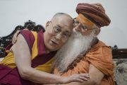 Его Святейшество Далай-лама и Свами Каршни Гуру Ашарананда-джи Махарадж во время встречи в ашраме Шри Удасина Каршни. Матхура, штат Уттар-Прадеш, Индия. 20 марта 2017 г. Фото: Тензин Чойджор (офис ЕСДЛ)