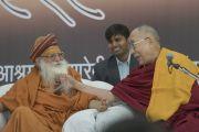 Его Святейшество Далай-лама и Свами Каршни Гуру Ашарананда-джи Махарадж шутливо общаются во время пресс-конференции в ашраме Шри Удасина Каршни. Матхура, штат Уттар-Прадеш, Индия. 20 марта 2017 г. Фото: Тензин Чойджор (офис ЕСДЛ)