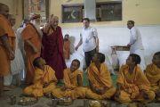 Его Святейшество Далай-лама прибывает на обед с общиной ашрама Шри Удасина Каршни. Матхура, штат Уттар-Прадеш, Индия. 20 марта 2017 г. Фото: Тензин Чойджор (офис ЕСДЛ)