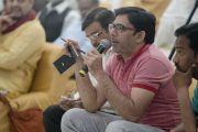 Один из представителей СМИ задает вопрос Его Святейшеству Далай-ламе в ходе пресс-конференции в ашраме Шри Удасина Каршни. Матхура, штат Уттар-Прадеш, Индия. 20 марта 2017 г. Фото: Тензин Чойджор (офис ЕСДЛ)