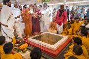 Его Святейшество Далай-лама принимает участие в ритуале огненной пуджи в ашраме Шри Удасина Каршни. Матхура, штат Уттар-Прадеш, Индия. 21 марта 2017 г. Фото: Тензин Чойджор (офис ЕСДЛ)