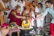 Его Святейшество Далай-лама принимает участие в ритуале омовения лингама Шивы во время второго дня визита в ашрам Шри Удасина Каршни. Матхура, штат Уттар-Прадеш, Индия. 21 марта 2017 г. Фото: Тензин Чойджор (офис ЕСДЛ)