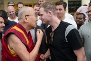 Его Святейшество Далай-лама и капитан национальной сборной Австралии по крикету Стив Смит готовятся соприкоснуться головами по завершении встречи, прошедшей в главном тибетском храме. Дхарамсала, Индия. 24 марта 2017 г. Фото: Тензин Чойджор (офис ЕСДЛ)