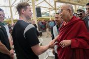 По прибытии на площадь главного тибетского храма Его Святейшество Далай-лама приветствует Стива Смита, капитана национальной сборной Австралии по крикету. Дхарамсала, Индия. 24 марта 2017 г. Фото: Тензин Чойджор (офис ЕСДЛ)