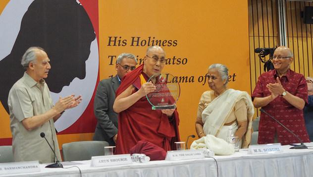 Далай-ламе  вручили награду им. профессора М. Л. Сондхи в области международной политики