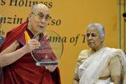 Дээрхийн Гэгээнтэн Далай Лам Хатагтай М Л Сондигийн нэрэмжит шагнал гардлаа. Энэтхэг, Шинэ Дели. 2017.04.27.