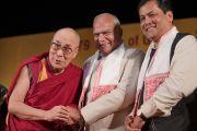 Его Святейшество Далай-лама, губернатор штата Ассам Шри Банварилал Пурохит и главный министр штата Ассам Сарбананда Соновал фотографируются во время празднования платинового юбилея газеты The Assam Tribune. Гувахати, штат Ассам, Индия. 1 апреля 2017 г. Фото: Тензин Чойджор (офис ЕСДЛ)