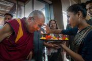 По прибытии в отель Его Святейшество Далай-ламу встречают согласно индийским традициям. Гувахати, штат Ассам, Индия. 1 апреля 2017 г. Фото: Тензин Чойджор (офис ЕСДЛ)