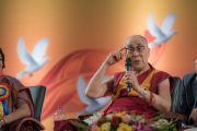 Его Святейшество Далай-лама отвечает на вопросы слушателей в ходе интерактивной сессии в рамках празднования платинового юбилея газеты The Assam Tribune. Гувахати, штат Ассам, Индия. 1 апреля 2017 г. Фото: Тензин Чойджор (офис ЕСДЛ)