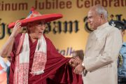 Его Святейшество Далай-лама в преподнесенной ему традиционной ассамской широкополой шляпе джаапи и губернатор штата Ассам Шри Банварилал Пурохит в начале празднования платинового юбилея газеты The Assam Tribune. Гувахати, штат Ассам, Индия. 1 апреля 2017 г. Фото: Тензин Чойджор (офис ЕСДЛ)