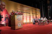 Его Святейшество Далай-лама обращается к собравшимся во время празднования платинового юбилея газеты The Assam Tribune. Гувахати, штат Ассам, Индия. 1 апреля 2017 г. Фото: Тензин Чойджор (офис ЕСДЛ)