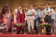 Его Святейшество Далай-лама и почетные гости представляют публике новые книги во время празднования платинового юбилея газеты The Assam Tribune. Гувахати, штат Ассам, Индия. 1 апреля 2017 г. Фото: Тензин Чойджор (офис ЕСДЛ)
