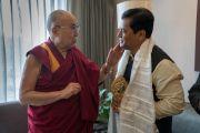 Его Святейшество Далай-лама и главный министр штата Ассам Сарбананда Соновал по завершении встречи в отеле, где остановился Далай-лама. Гувахати, штат Ассам, Индия. 1 апреля 2017 г. Фото: Тензин Чойджор (офис ЕСДЛ)