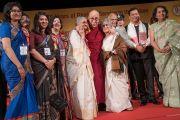 Его Святейшество Далай-лама с членами семьи, владеющей газетой The Assam Tribune. Гувахати, штат Ассам, Индия. 1 апреля 2017 г. Фото: Тензин Чойджор (офис ЕСДЛ)
