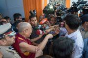 Его Святейшество Далай-лама отвечает на вопросы журналистов по завершении празднования платинового юбилея газеты The Assam Tribune, прошедшего в центре исполнительских искусств Индийской телевизионной академии (ИТА). Гувахати, штат Ассам, Индия. 1 апреля 2017 г. Фото: Тензин Чойджор (офис ЕСДЛ)