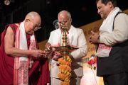 Его Святейшество Далай-лама, губернатор штата Ассам Шри Банварилал Пурохит и главный министр штата Ассам Сарбананда Соновал зажигают традиционный светильник в начале празднования платинового юбилея газеты The Assam Tribune. Гувахати, штат Ассам, Индия. 1 апреля 2017 г. Фото: Тензин Чойджор (офис ЕСДЛ)