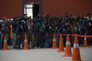Фото- и видеорепортеры снимают момент прибытия Его Святейшества Далай-ламы в конференц-зал государственного университета Гувахати. Гувахати, штат Ассам, Индия. 2 апреля 2017 г. Фото: Тензин Чойджор (офис ЕСДЛ)
