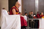 Его Святейшество Далай-лама дарует наставления тибетцам, прибывшим из регионов северо-восточной Индии. Гувахати, штат Ассам, Индия. 2 апреля 2017 г. Фото: Тензин Чойджор (офис ЕСДЛ)