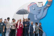 Его Святейшество Далай-лама, главный министр штата Ассам Шри Сарбананда Соновал и губернатор штата Ассам Шри Банварилал Пурохит прибывают на открытие фестиваля Намами Брахмапутра. Гувахати, штат Ассам, Индия. 2 апреля 2017 г. Фото: Тензин Чойджор (офис ЕСДЛ)