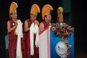 Тибетские монахи открывают пением молитв встречу, прошедшую в  конференц-зале Индийской телевизионной академии в рамках фестиваля Намами Брахмапутра. Гувахати, штат Ассам, Индия. 2 апреля 2017 г. Фото: Тензин Чойджор (офис ЕСДЛ)