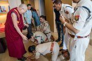 По прибытии в отель Его Святейшеству Далай-ламе выражают почтение местные полицейские. Гувахати, штат Ассам, Индия. 2 апреля 2017 г. Фото: Тензин Чойджор (офис ЕСДЛ)