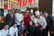 Его Святейшество Далай-лама фотографируется с работниками кухни во время обеда в ходе второго дня визита в Гувахати. Гувахати, штат Ассам, Индия. 2 апреля 2017 г. Фото: Тензин Чойджор (офис ЕСДЛ)