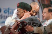 Его Святейшество Далай-лама обнимает старого солдата, который был среди военных, сопровождавших Далай-ламу, когда он бежал из Тибета 58 лет назад. Гувахати, штат Ассам, Индия. 2 апреля 2017 г. Фото: Тензин Чойджор (офис ЕСДЛ)
