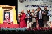 Перед началом лекции Его Святейшество Далай-лама и почетные гости представляют публике автобиографию Далай-ламы «Моя страна и мой народ», переведенную на ассамский язык. Гувахати, штат Ассам, Индия. 2 апреля 2017 г. Фото: Тензин Чойджор (офис ЕСДЛ)