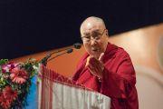 Его Святейшество Далай-лама выступает с обращением во время встречи, прошедшей в  конференц-зале Индийской телевизионной академии в рамках фестиваля Намами Брахмапутра. Гувахати, штат Ассам, Индия. 2 апреля 2017 г. Фото: Тензин Чойджор (офис ЕСДЛ)