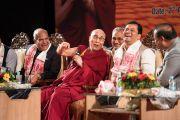 Его Святейшество Далай-лама, губернатор штата Ассам Шри Банварилал Пурохит и главный министр штата Ассам Шри Сарбананда Соновал смеются во время сессии вопросов и ответов на фестивале Намами Брахмапутра. Гувахати, штат Ассам, Индия. 2 апреля 2017 г. Фото: Тензин Чойджор (офис ЕСДЛ)